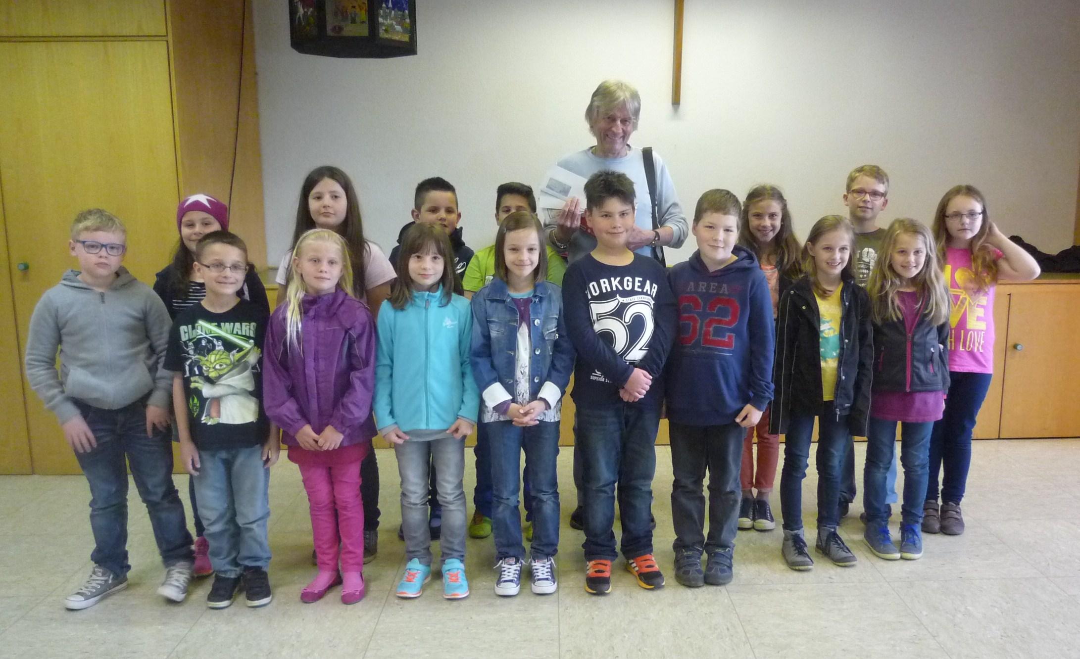 Spende der Erstkommunionkinder an Peter Borsdorff