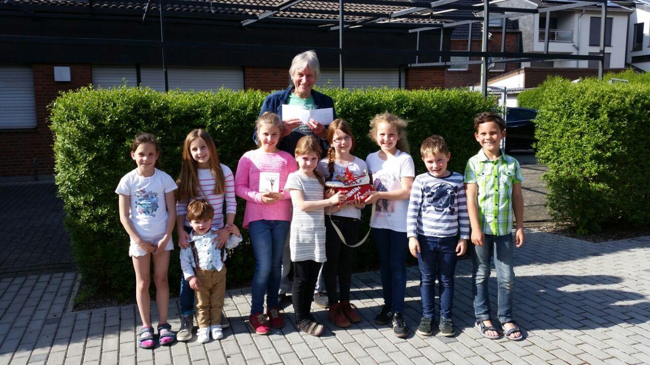 Erstkommunionkinder 2017 überreichen Spende an Peter Borsdorff